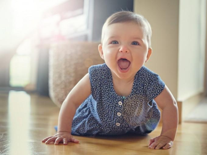 Antes de gatear, el bebé debe de haber aprendido a sentarse y a controlar su cabeza. No lo obligues a gatear antes porque sus bracitos y piecitos aún no están fuertes.