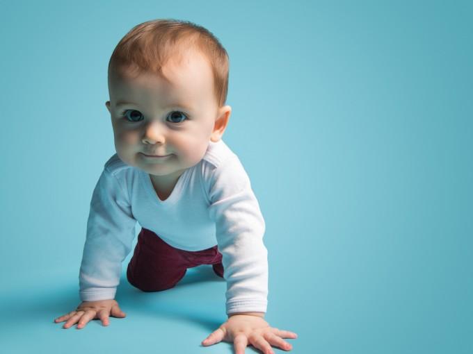 También puedes colocar pequeños obstáculos a su paso, como almohadas, para que él descubra cómo esquivarlos. No lo dejes solo.