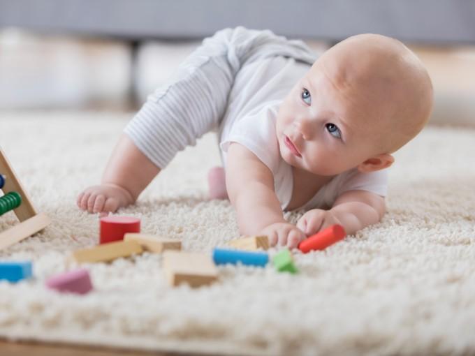 Una de las cosas que más les cuesta a los bebés a la hora de aprender a gatear es levantar la pancita del suelo.
