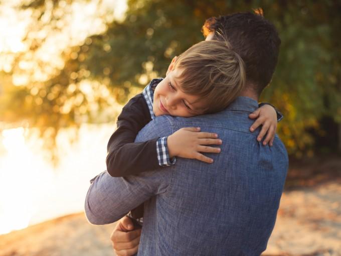 Por razones culturales y sociales frenamos nuestra capacidad de conferir caricias y abrazos.