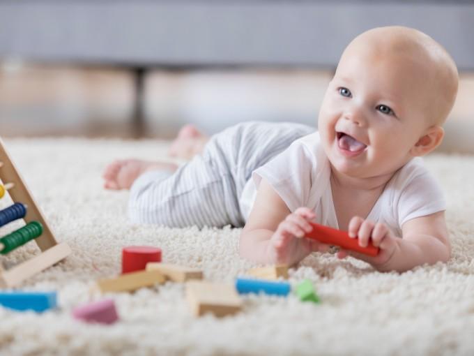 Para acostumbrarlo a la posición de gateo, siéntate en el suelo con las piernas estiradas y coloca a tu bebé de manera que su pancita quede sobre tus muslos y sus manos y rodillas queden apoyadas en el suelo.