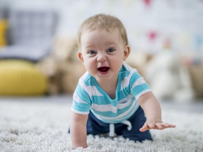 Otra forma de estimular a tu bebé  es levantándolo  en el aire: mientras le hablas o le cantas, porque esto hace que contraiga los músculos abdominales que lo ayudaran a aprender a gatear.