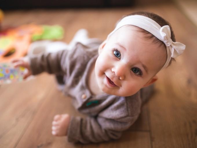 Otro tip es apoyar una mano en la planta del pie del bebé, cuando él esté boca abajo: Eso hará  que naturalmente, al estirarse, haga fuerza contra las manos y se arrastre.