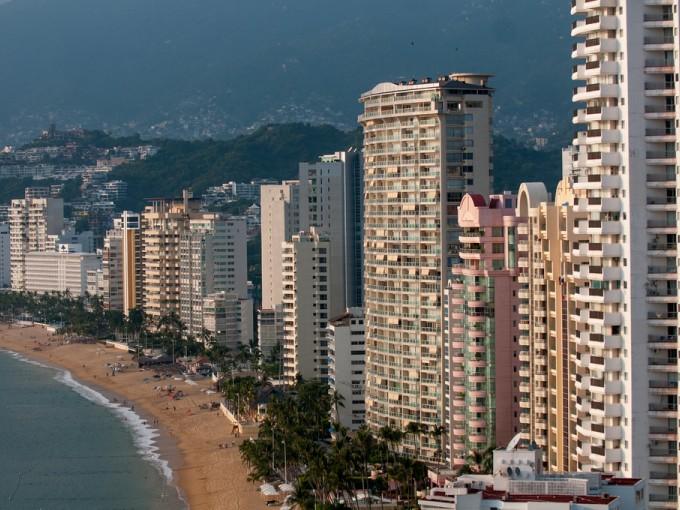 Si piensas ir al mágico Puerto de Acapulco por carretera considera gastar en carretera unos 1400 pesos viaje redondo. Si te vas en avión los boletos están desde 1500 hasta 8 mil pesos, también ida y vuelta. Foto: Filckr