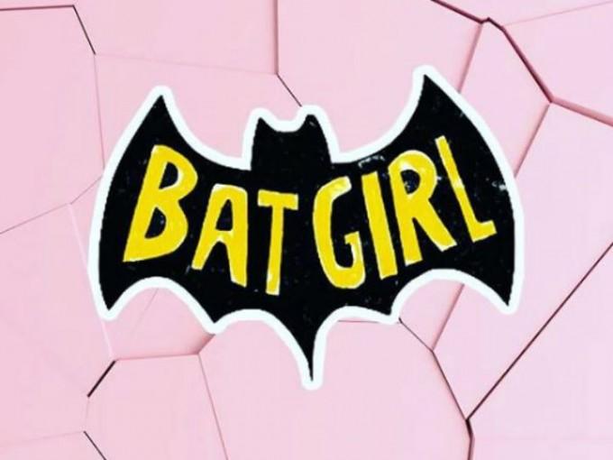 Pero eso no consiguió detenerla, entonces asumió el nombre de Óraculo y se convirtió en superheroína virtual.