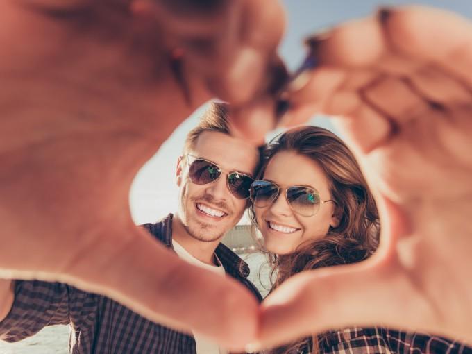 """Tara Marshall, psicóloga de la Universidad de Brunel, en Reino Unidos, encontró que las personas que """"presumen"""" una relación amorosa en esta red suelen tener baja autoestima. Lo peor es que esta misma inseguridad desencadena otro tipo de conductas destructivas que pueden afectar la relación"""
