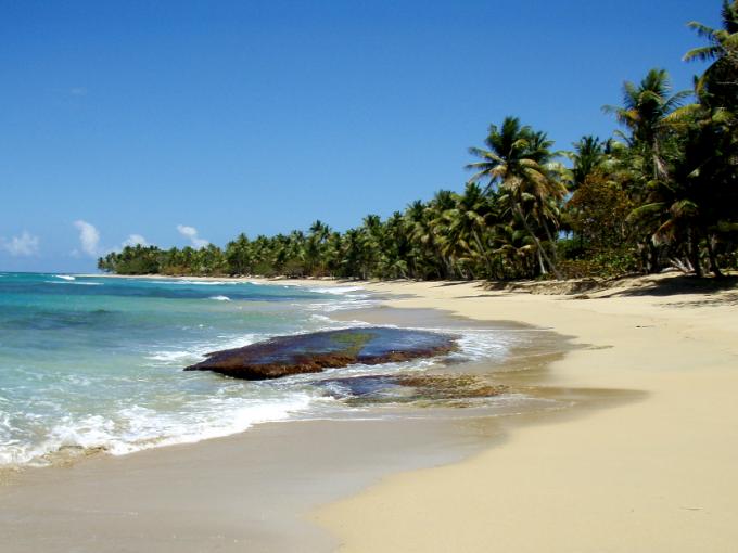 Se ha puesto de moda por su arena tostada y sus aguas verde esmeralda.  Foto: Pixabay