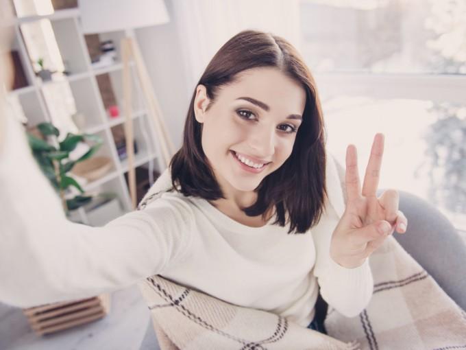 Académicos de la Universidad Nottingham Trent destacan este tipo de trastornos en  personas que se sacan 'selfies' por lo menos 3 veces al día. En casos crónicos, las personas suben sus auto fotos a las redes sociales entre 3 y 6 veces al día.