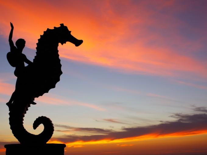 """En Puerto Vallarta te recomiendo que camines por el Malecón donde podrás apreciar esculturas como la del """"El caballito de mar"""", """"La naturaleza como madre"""