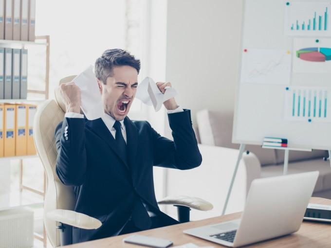 Actúa con la cabeza bien fría porque si respondes enojado, solamente harás que tu jefe te catalogue como