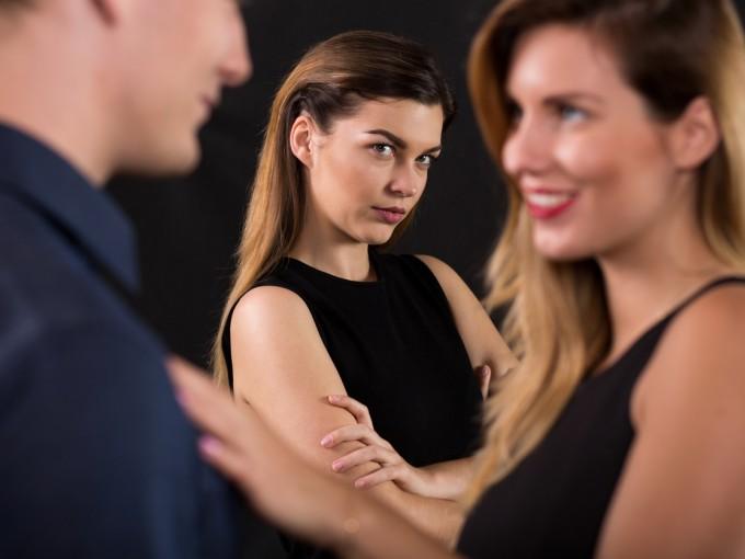 """20.La """"susodicha"""" se hace visible. Cuando existe alguien más y sabe que es """"la otra"""", es posible que quiera hacerse notar y sea ella la que investigue tu número, te llame,  te mande menajes o """"señales"""" a través de redes sociales."""