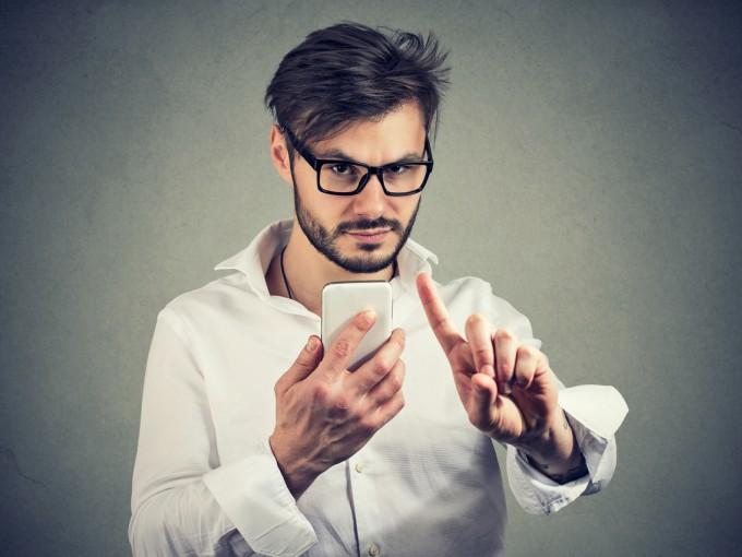 6.Se pone nervioso cuando tocas su celular. Es cierto que el teléfono es algo personal, pero si su reacción es exageradamente negativa, es probable que esté ocultando algo.