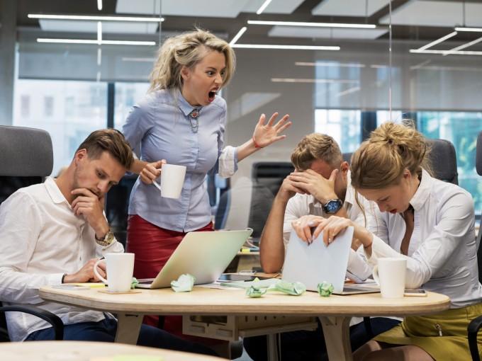 Sin la relación laboral se torna violenta, acude con una instancia superior. Nunca respondas una agresión con otra.