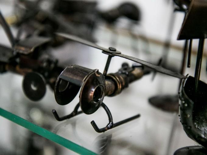 Obviamente también nos remite a sus artesanías. El hierro forjado es tradicional.