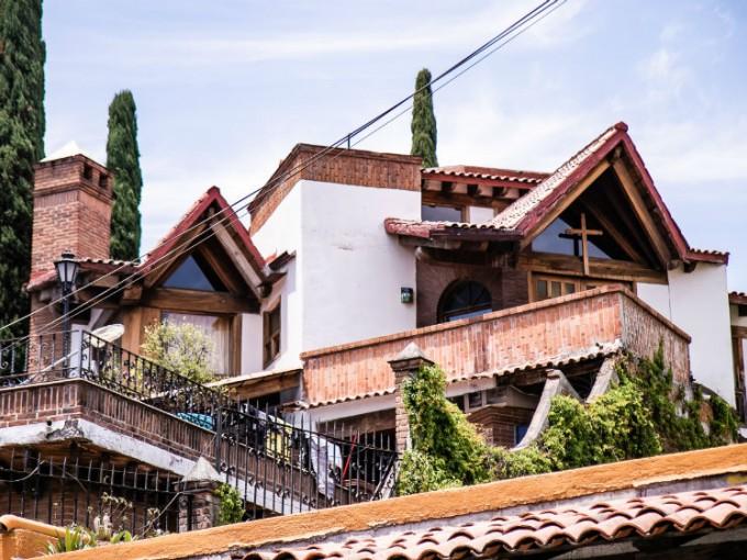 Casas de adobe con hermosos techos de tejas.