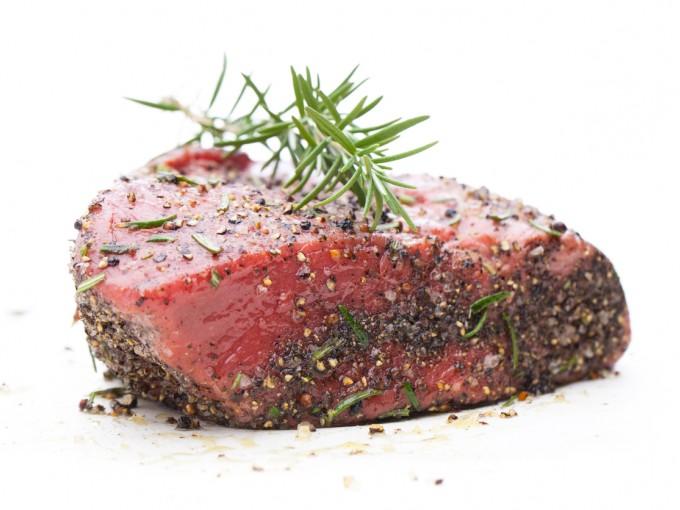 Ni carnes,  pescados, huevo o algún otro alimento crudo son recomendables para los niños.