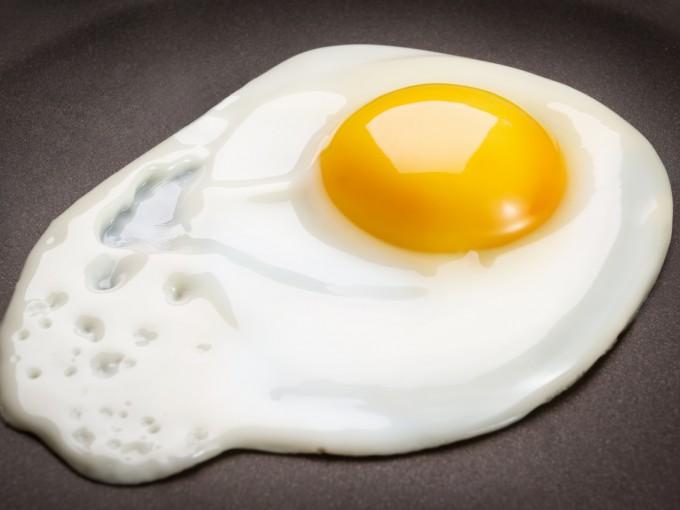 Por supuesto, también debes evitar el huevo crudo, frito (con yema tierna) o tibio.