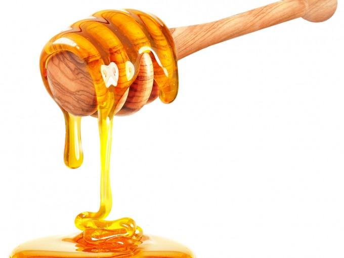 La miel puede contener esporas de una bacteria llamada Clostridium botulinum que llegan al intestino del bebé y liberan una toxina que paraliza los músculos.