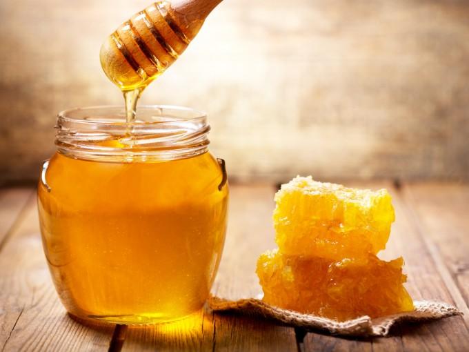 La Asociación Americana de Pediatría y el Instituto Nacional de la Salud en EEUU recomiendan no dar miel de abeja ni de caña ni sus derivados por el riesgo de botulismo, una enfermedad poco frecuente, pero que puede ser fatal.