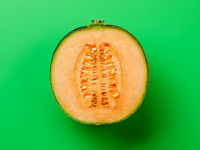24 semanas: tu bebé es una meloncito. A sus 30 cm ya se siente (y pesa) como esta fruta.