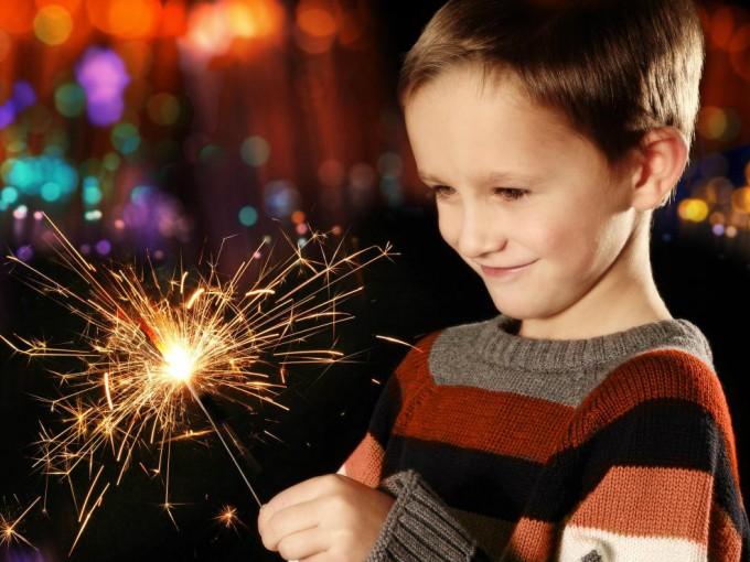 La Razón por la que NO debes dejar que tus hijos jueguen con cohetes estas fiestas patrias
