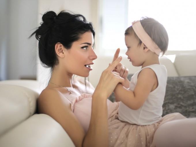 Hablar con tu bebé es el primer paso para acercarlo a la lectura Foto: iStock