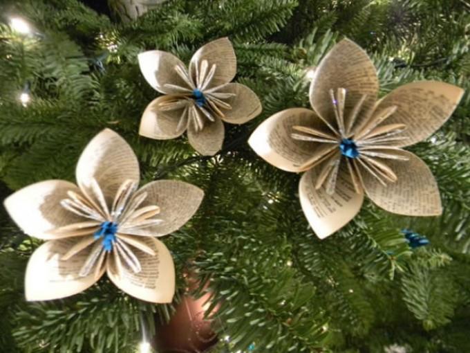 Flores de papel para el rbol de navidad me lo dijo lola for Puertas decoradas con flores de papel