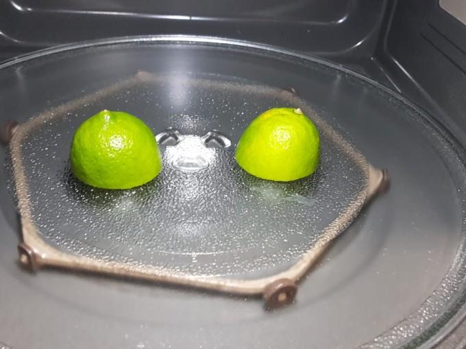 Cómo limpiar tu microondas con un limón