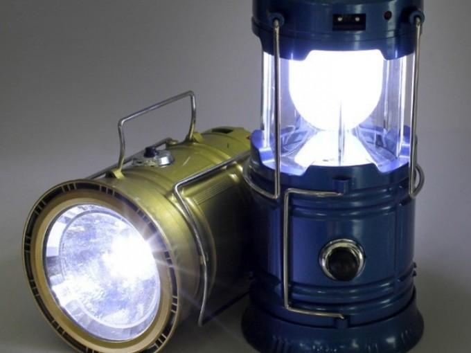 Lámpara de luz solar: Podría ser de gran utilidad si lo tuyo es la aventura o si piensas dormir en una casa de campaña en medio del bosque. No necesita pilas; se recarga con la luz solar.
