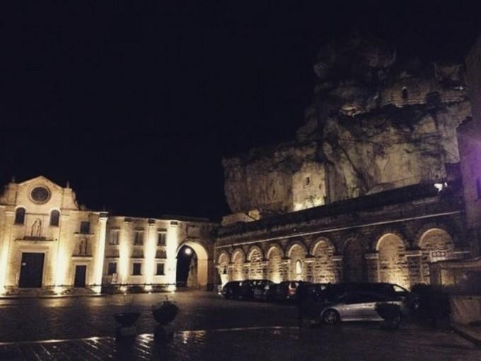 Matera, Italia, es una antigua ciudad encaramada en un acantilado de piedra caliza en la cercana región de Basilicata.