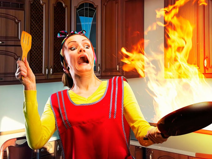 Por qué no debes echar agua al fuego en la estufa