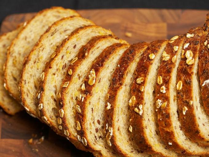 Evita comer pan, pero si no puedes dejarlo intenta que sea integral. Tiene más fibra y menos calorías.