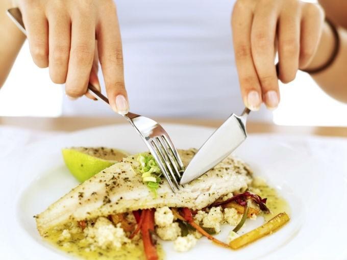 Recuerda que el tamaño de una porción saludable de carne o pescado debe ser del tamaño de la palma de tu mano. No te excedas.
