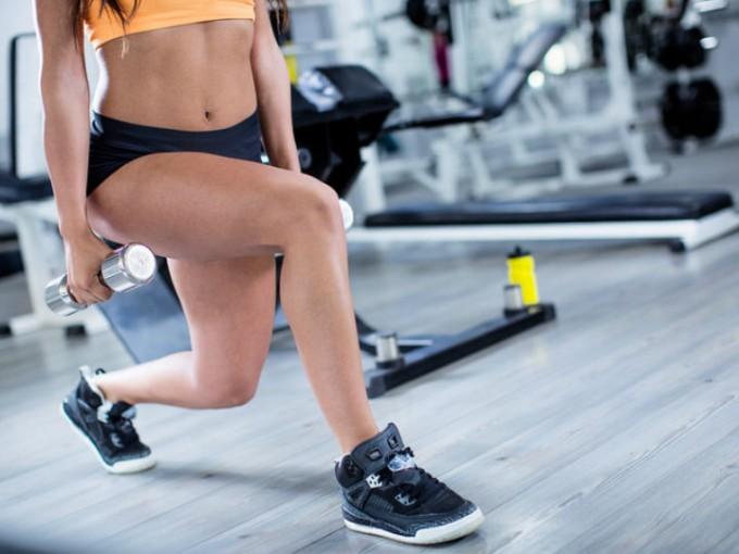Desplantes: Colócate de pie y da un largo paso hacia adelante, que la pierna delantera no sobrepase un ángulo de 90 grados y la de atrás no toque el suelo. /Cortesía:iStock