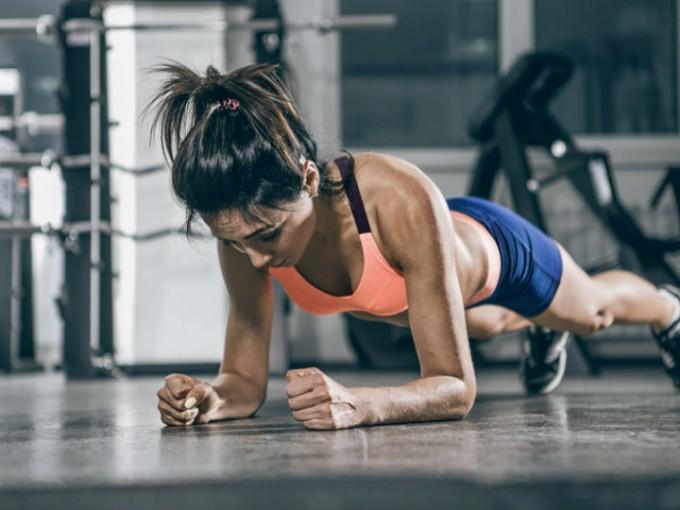 Plancha: Es un ejercicio muy efectivo ya que trabaja prácticamente todo el abdomen. Coloca tus brazos y puntas de los pies en el piso y mantén esta posición por lo menos 20 segundos. /Cortesía:iStock