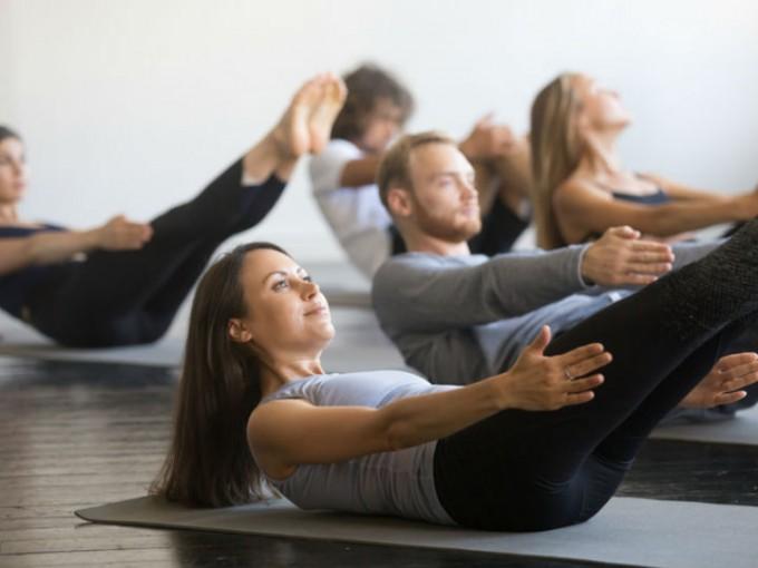 Retención: los ejercicios para abdomen en los cuales debes retener una posición, tienen resultados muy positivos. Recuéstate boca arriba y lleva tu torso y brazos estirados hacía arriba, mantén la posición durante 20 segundos. /Cortesía:iStock