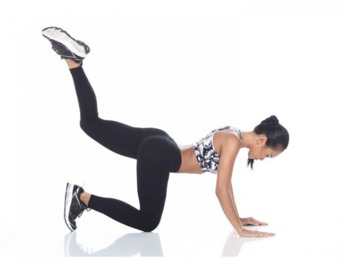 Cuatro puntos: colócate boca abajo con las rodillas y palmas de las manos en el suelo, posteriormente eleva una de las piernas hacia arriba. /Cortesía:iStock