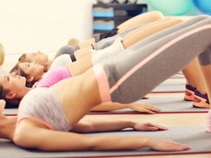 Levantamiento de caderas: Este ejercicio es muy sencillo, debes recostarte boca a arriba con las piernas ligeramente flexionadas y elevar la cadera. /Cortesía:iStock