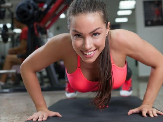 Lagartija: es uno de los ejercicios más tradicionales para tonificar brazos; debes practicar 4 series de 10 repeticiones. Si se te complican, puede apoyar las rodillas en el suelo y será un poco más sencillo. /Cortesía:iStock