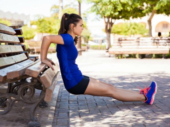 Fondos: este ejercicio te ayudará a tonificar los bíceps; colócate de espaldas a una banca o silla y baja apoyándote de tus brazos. /Cortesía:iStock