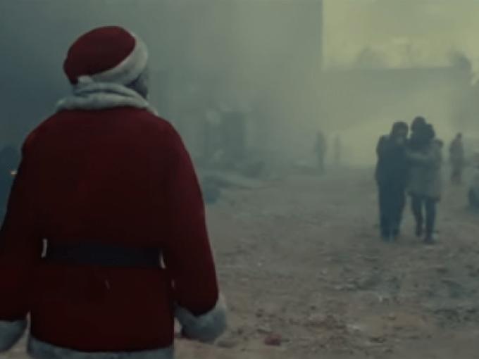 Video de Santa Claus que busca a una niña en la guerra