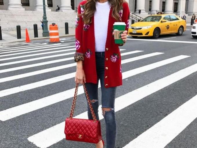 Si tu plan navideño es algo más informal, apuesta por jeans y tshirt blanca con saco, stilettos y bolso rojo, seguro destacas.