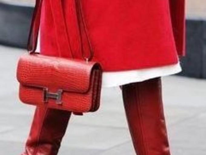 ¿Por qué no llevarlo en muchas prendas? Se ve glamouroso y sofisticado.