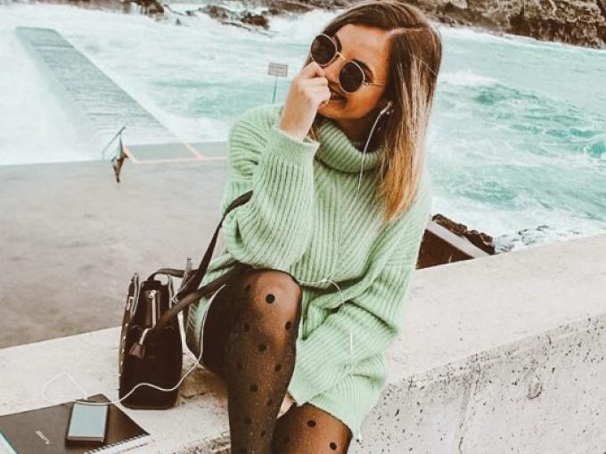 Un suéter vestido y medias con lunares es todo lo que necesitas si eres friolenta.