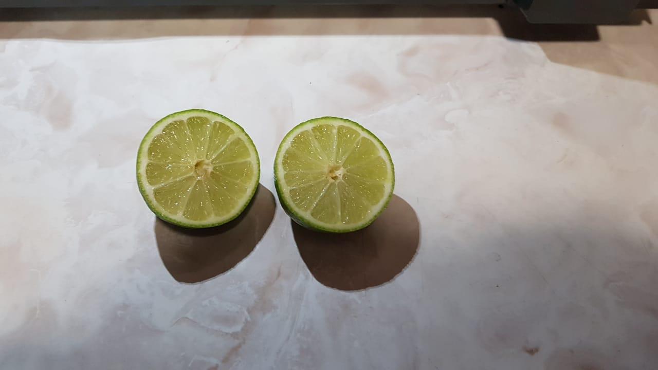 Corta el limón a la mitad